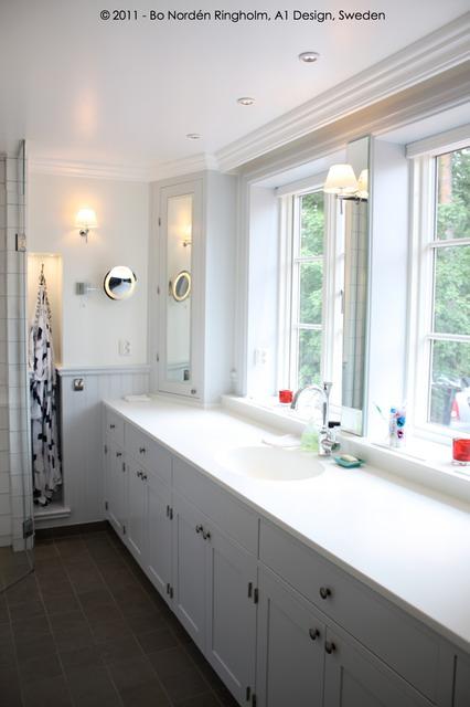 Badrum badrum klassiskt : Badrum-badrumsrenovering-badrumsinredning i vitt-klassisk stil ...